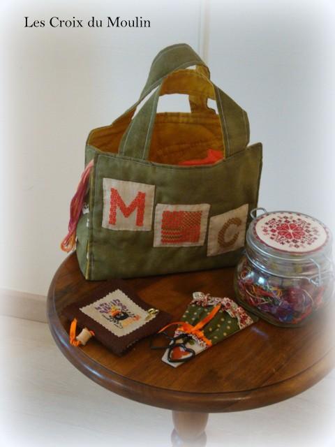Anne Marie a brodé pour Marie Christine un sac magnifique en un fil sur un fil bien sur. Mais c' est pas pout il y avait à l' interieur un porte ciseaux, un pique aiguille, du tissus, des échevettes....