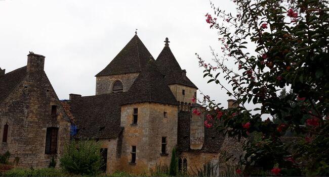 Vacances périgourdines : le gîte et le petit village de Saint-Geniès