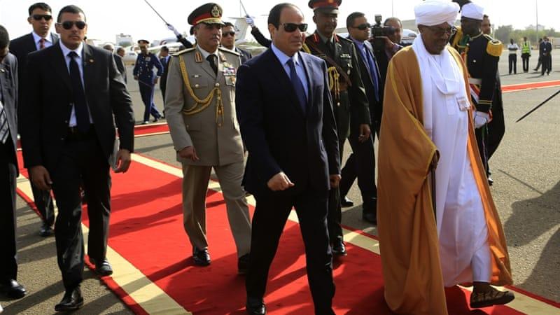 Sudan's President Omar al-Bashir welcomes Egypt's President Abdel Fattah el-Sisi at Khartoum International Airport on June 27, 2014 [Reuters/Mohamed Nureldin Abdallah]