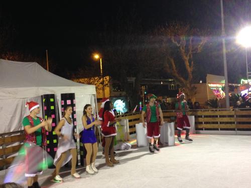 Un spectacle à la patinoire de Cannes avec le Père Noël, ses lutins et ses petites mères Noël...