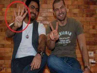 Photo de Tamer Hosni et le signe de Rabaa