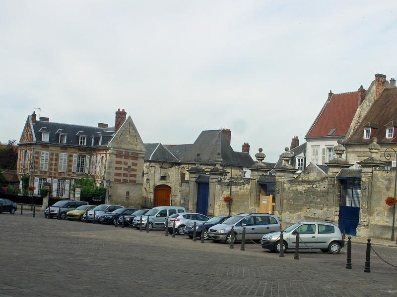 NOYON (60) : les maisons canoniales, l'église Sainte-Marie-Madeleine