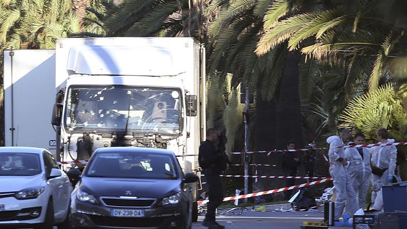 La police scientifique examine le camion qui a servi à l'attaque de jeudi soir à Nice.