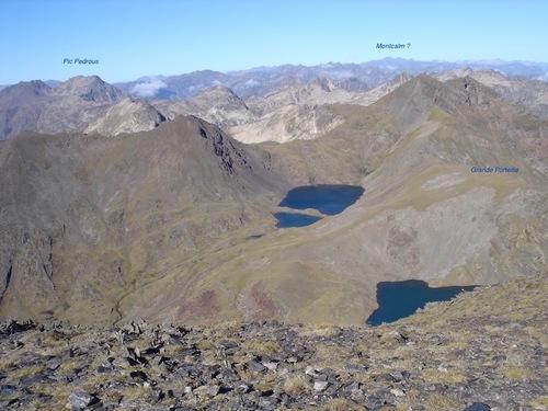 Vers l'Ouest, l'étang Bleu. Tout au fond la Pique d'estats et le Montcalm