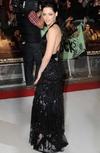 l-actrice-est-sublime-dans-sa-longue-robe-noire_reference
