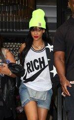 [Photos] Rihanna quitte son hôtel à Londres
