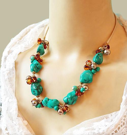 Collier Grappe pierre de turquoise, ambre de la Baltique, chrysoprase et nacre / Cordon cuir et laiton doré