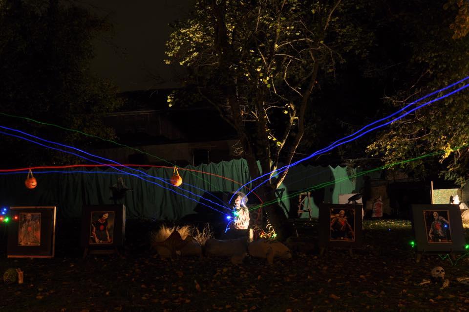 L'image contient peut-être: nuit, plante, arbre, chaussures et plein air