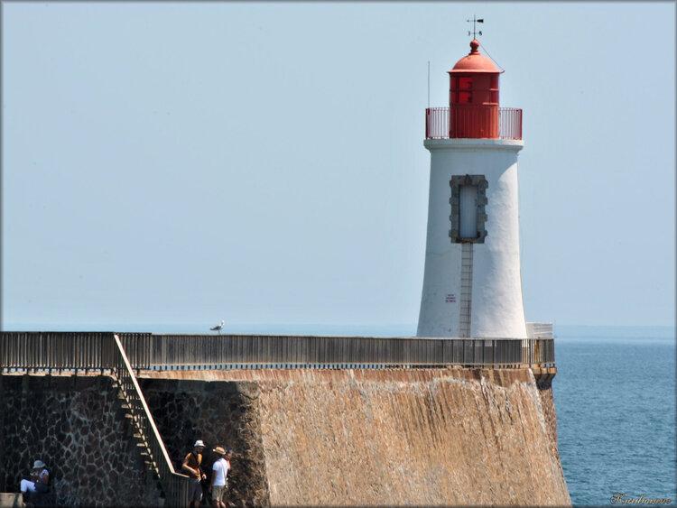 Le phare rouge de la grande jetée (Sables d'Olonne)
