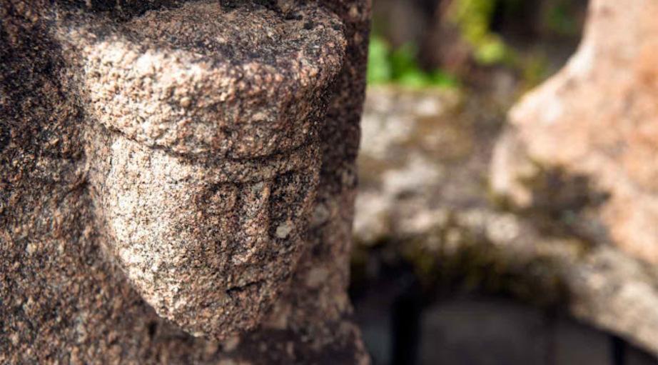 Lanvaudan,  haut relief dans un mur