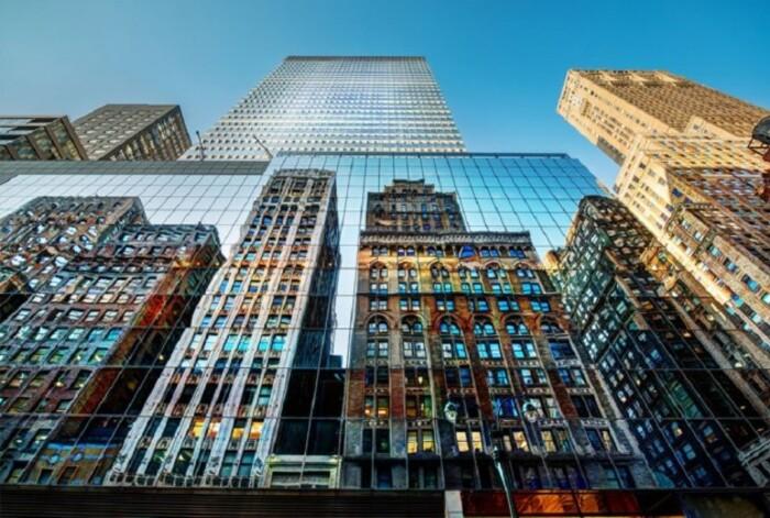 photo buildings reflétés dans les fenêtres