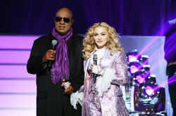 Madonna rend hommage à Prince avec Stevie Wonder aux Billboard Music Awards