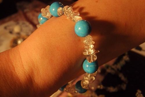 Bracelet en pierre semi-précieuses de turquoise et de cristal de roche