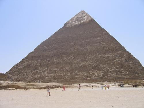 Louxor ou Louqsor, en arabe : الأقصر / al-uqṣur, est une ville située sur la rive droite du Nil, en Haute-Égypte, située à environ 700 km au sud du Caire et à environ 300 km au nord d'Assouan. Selon le recensement de 20061, c'est à présent une ville de 429 000 habitants2 — qui tous, vivent directement ou indirectement du tourisme —, ce qui la place au neuvième rang des villes égyptiennes.  Il s'agit de la cité antique de Thèbes.  Le site de Louxor, avec plus de quatre millions de visiteurs par an, est l'un des endroits les plus touristiques de l'Égypte et constitue la partie sud de l'ancienne Thèbes. Son temple, relié à celui de Karnak par un dromos, longue allée bordée de sphinx, fut érigé au XIVe siècle av. J.-C. sous le règne d'Amenhotep III. Il fut modifié par la suite par Ramsès II, qui y ajouta notamment six statues monumentales et deux obélisques, dont l'un, offert à la France en 1831, orne depuis la place de la Concorde à Paris.