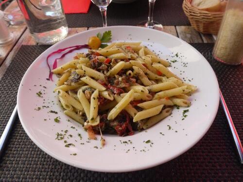 Notre assiette de pâtes, parmesan, tomates confites, basilic et aubergines poêlées à l'huile d'olive