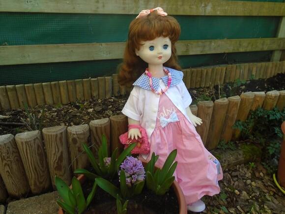 Amandine admire les fleurs