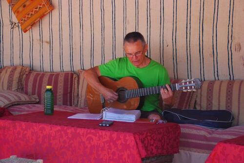 Michel gratte la guitare