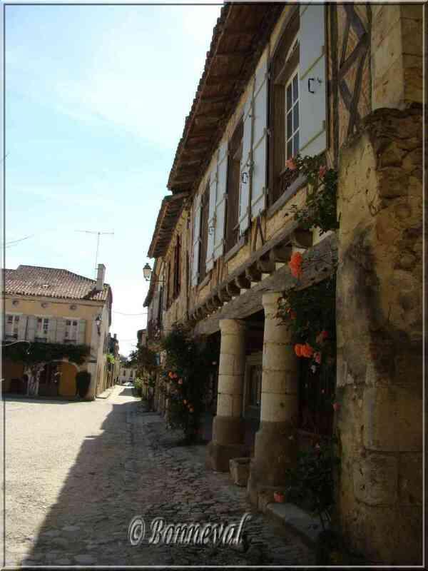 Labastide d'Armagnac Landes couverts sur la Place Royale