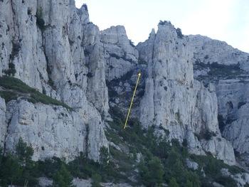 L'aiguille Guillemin et le sentier Frager (flèche jaune)