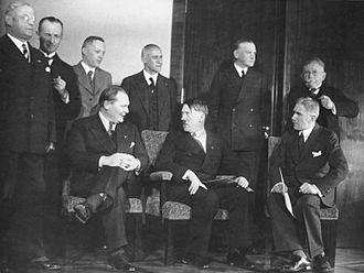 """Résultat de recherche d'images pour """"Les grands patrons allemands et Hitler Janvier 1933 Images Photos"""""""
