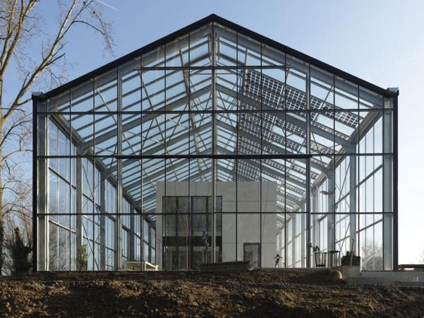 Une première en Belgique : une maison et un jardin construits sous une serre. Micro-climat garanti ! (Crédit : Kaseco)