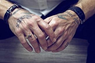 Des mains ...