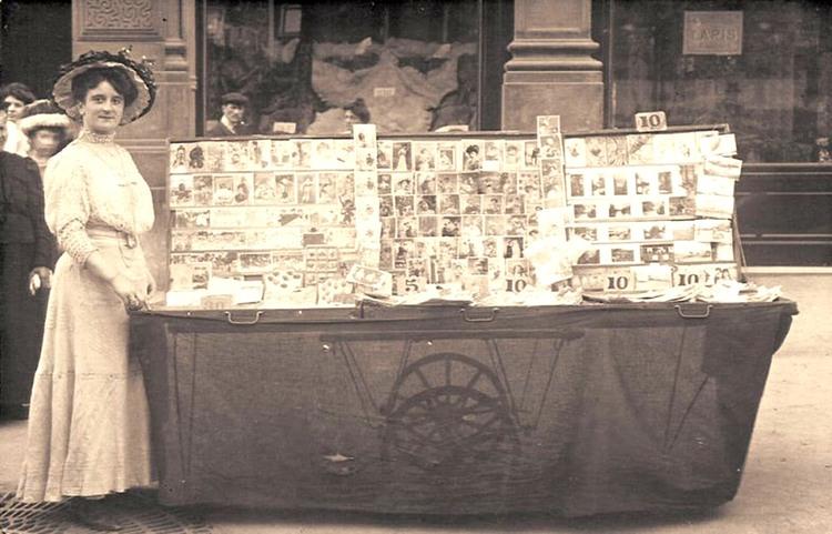 La marchande de cartes postales. Photoghraphie en noir et blanc.1900.