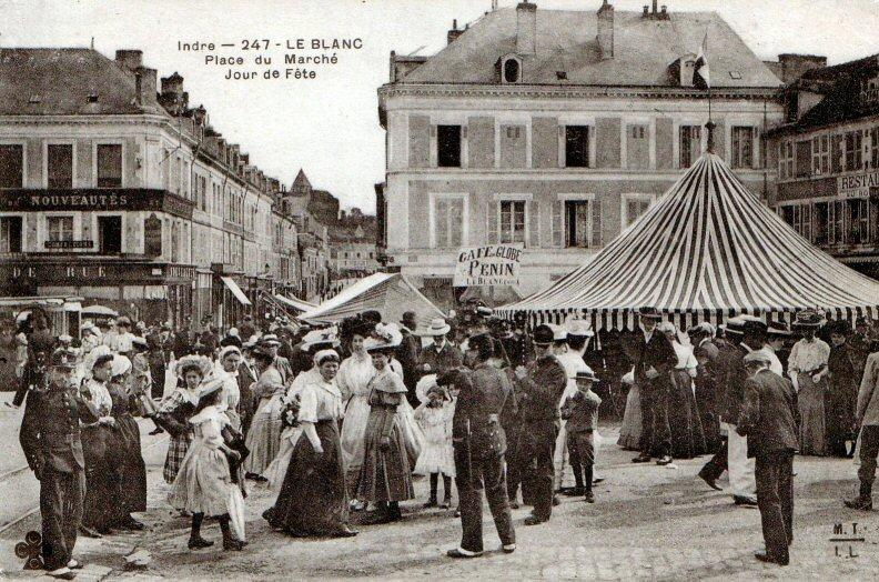 Le Blanc - jour de fête place du Marché. Carte Postale vers 1900 - Fonds Delteil - Le Blanc / Amis du Blanc