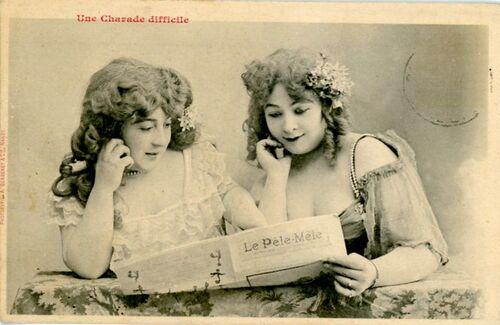 14 - Femmes lisant et cartes postales