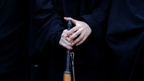 Des jeunes femmes nées autour des années 2000. Ce sont elles qui sont désormais la cible de la propagande du groupe État islamique (EI), selon Europol.