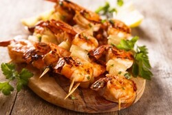 Brochettes de crevettes marinées.