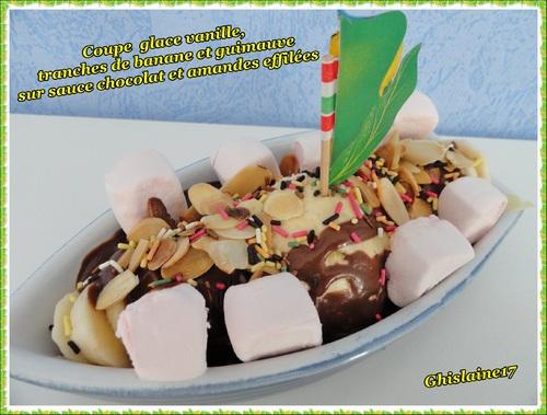 Coupe glace vanille, tranches de banane et guimauve, sur sauce chocolat et amandes effilées