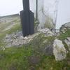 Ancienne borne/stèle dressée avec croix peinte à 1 m du coin de la venta Larungo Kaiola