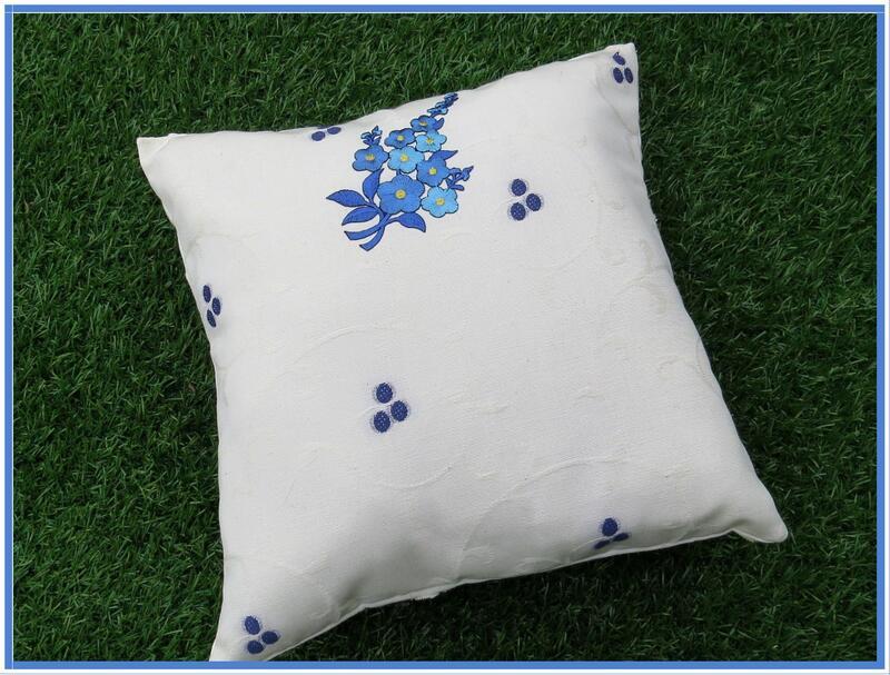 Joli coussin en percale blanche à motifs fleuris bleus