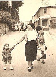 marie-claude à 2 ans avec sa maman à Clisson 001