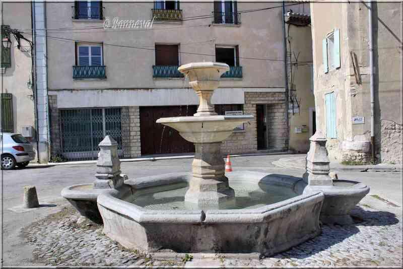 Fontaine du Cours de la République Pernes-les-Fontaines Vaucluse