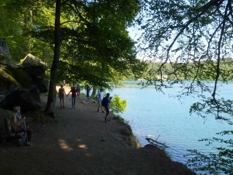 Sentier longeant le lac