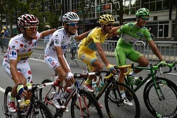 7773446972_les-porteurs-des-maillots-distinctifs-du-tour-de-france-2014-au-depart-de-la-derniere-etape-dimanche-27-juillet-2014