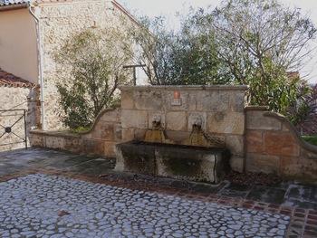 Une des nombreuses fontaines du village