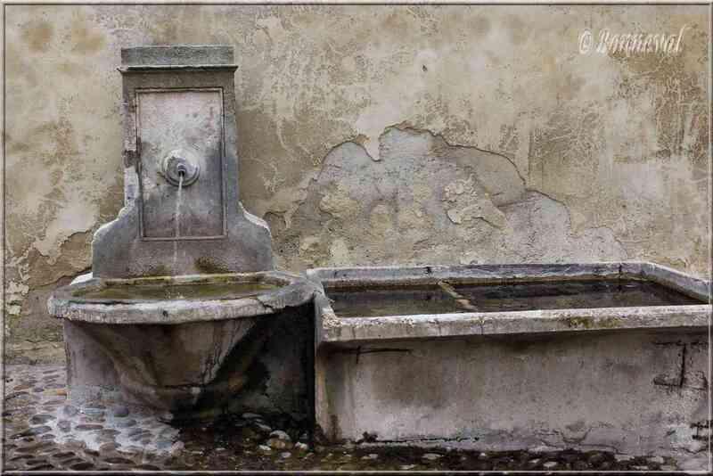Fontaine des Pénitents Noirs Pernes-les-Fontaines Vaucluse