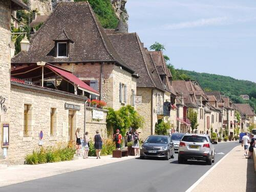 Un alignement de maisons entre falaise et Dordogne