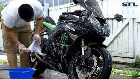 Quy trình rửa xe máy chuyên nghiệp tại nhà đơn giản