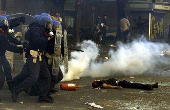 Policiers devant le corps du manifestant Carlo Giuliani, tué le 20 juillet 2001 à Gênes. Photo Dylan Martinez. Reuters