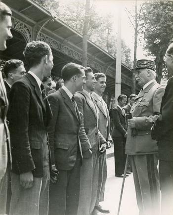 Hommage d'une délégation d'étudiants de Paris au Maréchal Pétain en mars 1942
