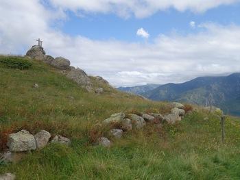 Vers l'Est, les nuages cachent la chaîne du Canigou