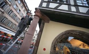Fabien Michel, architecte du patrimoine, devant la colonne Buchmesser. Strasbourg le 23 février 2016.