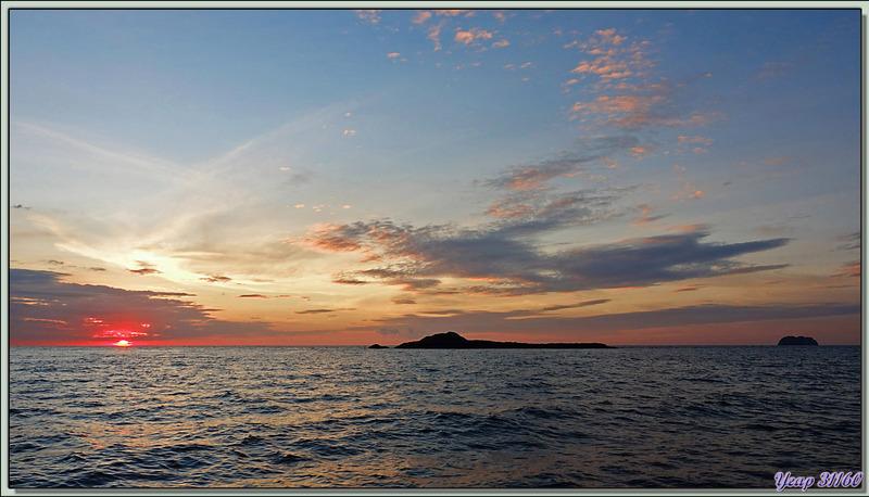 Sortie bateau pour assister au coucher de soleil au large de Tsarabanjina - Mitsio - Madagascar
