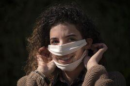 A Toulouse, le 14 avril. Anissa Mekrabech porte un masque de son invention qui permet aux personnes malentendantes de voir les lèvres de leur interlocuteur.