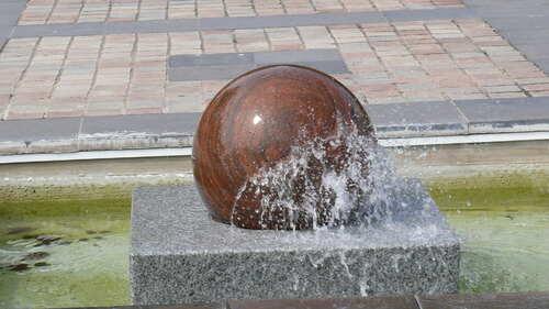 les jets d'eau des jardins de l'hotel de ville