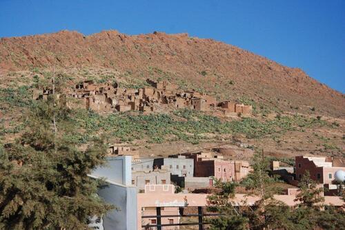 Un petit village et les ruine de l'ancien